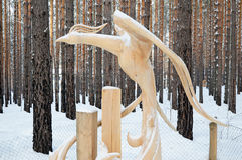 Irkutsk region, Jan, 03 2015: Czarodziejskiego lasu ptak Park drewniane rzeźby w Savvateevka wiosce Obrazy Stock