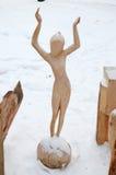 Irkutsk region, Jan, 03 2015: Dziewczyna na piłce Park drewniane rzeźby w Savvateevka wiosce Obraz Royalty Free