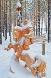 Irkutsk region, Jan, 03 2015: Hercules na horseback Park drewniane rzeźby w Savvateevka wiosce Zdjęcie Royalty Free