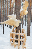 Irkutsk region, Jan, 03 2015: Ptaki z klatki Park drewniane rzeźby w Savvateevka wiosce Obraz Stock