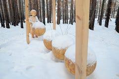 Irkutsk region, Ru-Januari, 03 2015: Sammansättningen av perpetuum mobile Parkera av träskulpturer i den Savvateevka byn Royaltyfri Fotografi