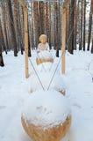 Irkutsk region, Ru-Januari, 03 2015: Sammansättningen av perpetuum mobile Parkera av träskulpturer i den Savvateevka byn royaltyfria bilder