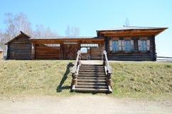 Irkutsk region, RU-Maj, 10 2015: Bygata i det utomhus- museet av träarkitektur Taltsy Arkivbild