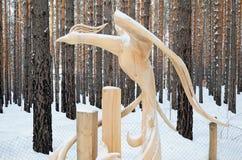 Irkutsk region, Ryssland-Januari, 03 2015: Fågel för felik skog Parkera av träskulpturer i den Savvateevka byn Arkivbilder