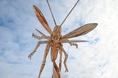 Irkutsk region, Ryssland - Januari, 03 2015: Gräshoppa Parkera av träskulpturer i den Savvateevka byn Royaltyfria Foton