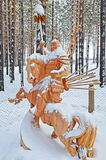 Irkutsk region, Ryssland-Januari, 03 2015: Hercules på hästrygg Parkera av träskulpturer i den Savvateevka byn Royaltyfri Foto