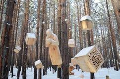 Irkutsk region, Ryssland-Januari, 03 2015: Sammansättningen av hängande diagram Parkera av träskulpturer i den Savvateevka byn Fotografering för Bildbyråer