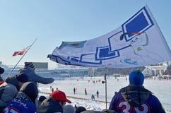Irkutsk Rosja, Feb, -, 26 2012: Radośni fan i flaga w stojakach podczas bandy dopasowania obrazy royalty free