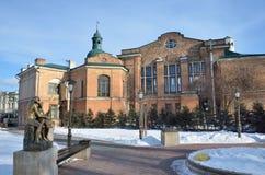 Irkutsk, Rosja, Marzec, 03, 2017 Ławka kochankowie, rzeźba ` buziaka ` w Parkowej 350th rocznicie Irkutsk Irkutsk s Zdjęcia Stock