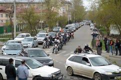 Irkutsk, Rosja - May, 18 2015: Motocykle między samochodami na miasto ulicie w Irkutsk Zdjęcie Stock