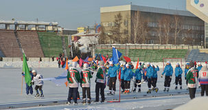 Irkutsk, Ru - fevereiro, 23 2012: Parada das equipes na abertura do campeonato internacional em arqueado entre mulheres Imagens de Stock Royalty Free