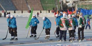 Irkutsk, Ru - fevereiro, 23 2012: Parada das equipes na abertura do campeonato internacional em arqueado entre mulheres Fotos de Stock Royalty Free