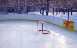 Irkutsk, Rusia - DEC, 09 2012: La puerta vacía del hockey en la nueva pista Foto de archivo libre de regalías