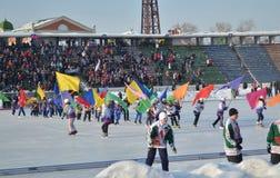 Irkutsk, Rusia - febrero, 23 2012: Desfile de equipos en la abertura del campeonato internacional en bandy entre mujeres Imagenes de archivo