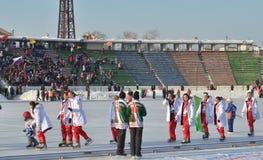Irkutsk, Rusia - febrero, 23 2012: Desfile de equipos en la abertura del campeonato internacional en bandy entre mujeres Foto de archivo libre de regalías