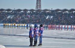 Irkutsk, Rusia - febrero, 26 2012: VI campeonato del International en bandy entre mujeres en Irkutsk Foto de archivo