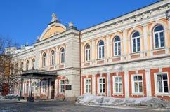 Irkutsk, Rusia, marzo, 16, 2017 El edificio histórico en el cual a partir de 1884 el año era sc técnico industrial localizado de  Foto de archivo libre de regalías