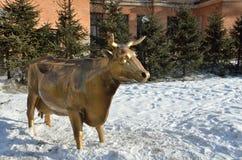 Irkutsk, Rusia, marzo, 03, 2017 Escultura de la vaca de oro en el parque de 350o aniversario del parque de la escultura de Irkuts Fotos de archivo libres de regalías