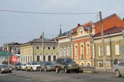 Irkutsk, Rusia, marzo, 17, 2017 Los coches parquearon en la calle del 3 de julio en el 130o cuarto el 17 de marzo de 2017 Imagenes de archivo