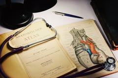 IRKUTSK, RUSSIA - 23 FEBBRAIO 2018: Il vecchio atlante anatomico tedesco di 1903, che si trova sulla tavola fotografie stock libere da diritti