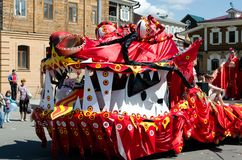 Irkutsk, Russia - giugno, 01 del 2013: Parata di giorno della città sulle vie di Irkutsk Immagini Stock