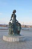 Irkutsk, Russia, 16 marzo, 2017 Il monumento all'insegnante circondato dai bambini sull'argine più basso a Irkutsk, Russia Fotografia Stock Libera da Diritti