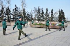Irkutsk, Russland, März, 16, 2017 Ändern des Schutzes an der ewigen Flamme in Irkutsk Lizenzfreies Stockfoto