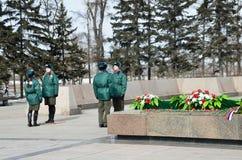 Irkutsk, Russland, März, 16, 2017 Ändern des Schutzes an der ewigen Flamme in Irkutsk Lizenzfreie Stockfotografie