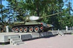 Irkutsk Ryssland, Augusti, 29, 2017 Tanka ` T-34-85 den Irkutsk medlemmen av den Komsomol `en på en sockel på genomskärningen av  royaltyfria foton