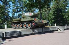 Irkutsk Ryssland, Augusti, 29, 2017 Tanka ` T-34-85 den Irkutsk medlemmen av den Komsomol `en på en sockel på genomskärningen av  Royaltyfria Bilder