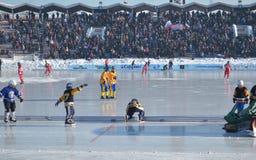 Irkutsk Ryssland - Februari, 26 2012: Förbered is-fältet staketet för den krokiga matchen bland kvinnor royaltyfria foton