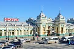 Irkutsk Ryssland, mars, 17, 2017 Bilar nära byggnaden av järnvägsstationen i Irkutsk Royaltyfri Foto