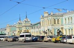 Irkutsk Ryssland, mars, 17, 2017 Bilar nära byggnaden av järnvägsstationen i Irkutsk Royaltyfri Bild