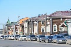 Irkutsk Ryssland, mars, 17, 2017 Bilar som parkeras på gatan av 3 Juli i den 130. fjärdedelen på mars 17, 2017 Royaltyfri Foto
