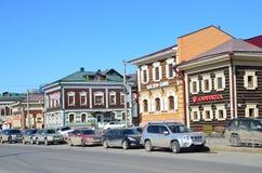 Irkutsk Ryssland, mars, 17, 2017 Bilar som parkeras på gatan av 3 Juli i den 130. fjärdedelen på mars 17, 2017 Arkivbild