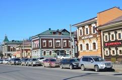 Irkutsk Ryssland, mars, 17, 2017 Bilar som parkeras på gatan av 3 Juli i den 130. fjärdedelen i marschen Arkivbild