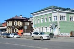Irkutsk Ryssland, mars, 17, 2017 Bilar som parkeras på gatan av 3 Juli i den 130. fjärdedelen i marschen Fotografering för Bildbyråer