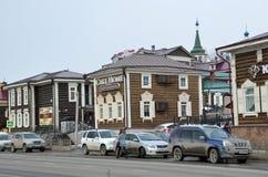 Irkutsk Ryssland, mars, 03, 2017 Bilar som parkeras på gatan av 3 Juli i den 130. fjärdedelen på mars 17, 2017 Royaltyfri Foto