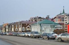 Irkutsk Ryssland, mars, 03, 2017 Bilar som parkeras på gatan av 3 Juli i den 130. fjärdedelen på mars 17, 2017 Arkivbilder