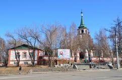 Irkutsk Ryssland, mars, 16, 2017 Folk som besöker kyrkan av exaltationen av helgedomkorset i Irkutsk, det 18th århundradet som by Royaltyfria Foton