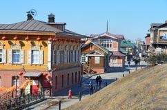 Irkutsk Ryssland, mars, 17, 2017 Folk som går i gammalt som utformas 130 thfjärdedel i Irkutsk Arkivfoton