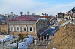 Irkutsk Ryssland, mars, 17, 2017 Folk som går i gammalt som utformas 130 thfjärdedel i Irkutsk Royaltyfri Bild