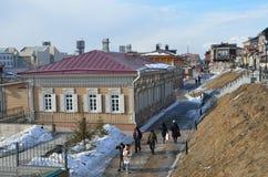 Irkutsk Ryssland, mars, 03, 2017 Folk som går i gammalt som utformas 130 thfjärdedel i Irkutsk Royaltyfria Foton
