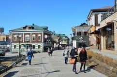 Irkutsk Ryssland, mars, 17, 2017 Folk som går i gammalt som utformas 130 thfjärdedel i Irkutsk Arkivfoto