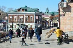 Irkutsk Ryssland, mars, 17, 2017 Folk som går i gammalt som utformas 130 thfjärdedel i Irkutsk Fotografering för Bildbyråer