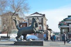 Irkutsk Ryssland, mars, 17, 2017 Folk som går nära Babr - symbolet av staden av Irkutsk Fotografering för Bildbyråer