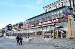 Irkutsk Ryssland, mars, 17, 2017 Folket som går i gammalt som utformas 130 thfjärdedel i Irkutsk nära restaurang`, sträcker på ha Arkivfoto