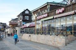 Irkutsk Ryssland, mars, 17, 2017 Folket som går i gammalt som utformas 130 thfjärdedel i Irkutsk nära restaurang`, sträcker på ha Royaltyfri Foto