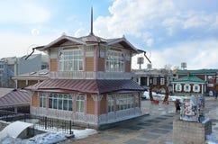 Irkutsk Ryssland, mars, 03, 2017 Gammalt utformat hus i 130 thfjärdedel i vår i staden av Irkutsk Arkivbilder