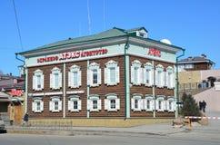 Irkutsk Ryssland, mars, 17, 2017 Irkutsk gammalt utformat trähus 23 på gatan av 3 th Juli i den 130 thfjärdedelen Arkivbilder